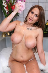 Alanah Rae Soaps Up Her Body